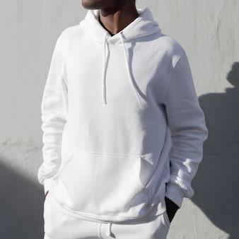 Felpa con cappuccio bianca alla moda street style moda uomo servizio fotografico