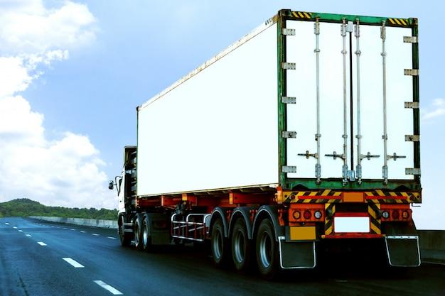 Camion bianco su strada statale con container, concetto di trasporto., importazione, esportazione logistica industriale trasporto terrestre trasporto su asfalto superstrada againt cielo blu