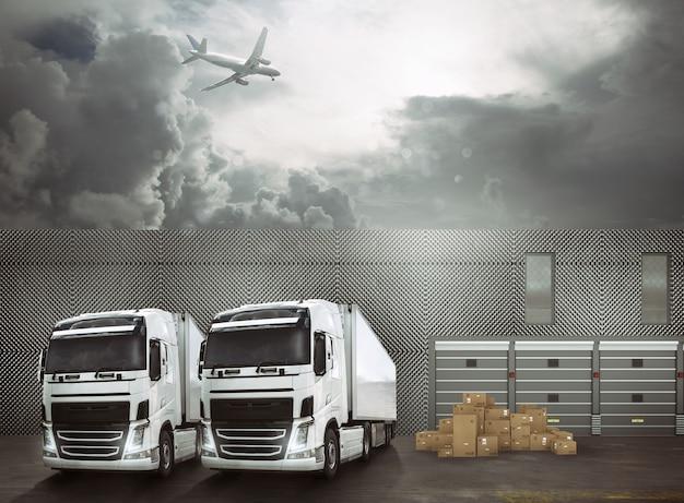 Camion bianchi nel piazzale di un porto di interscambio pronti a caricare le merci e raggiungere le destinazioni
