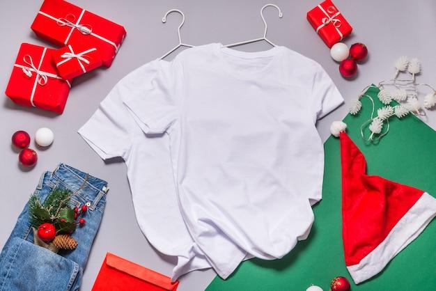 Maglietta bianca flat lay, addobbi natalizi e decorazioni