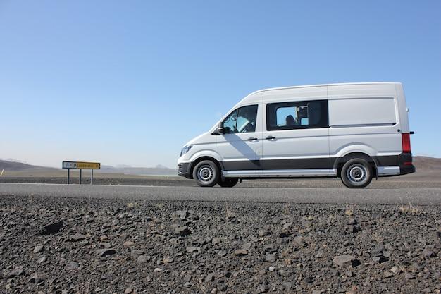 Furgone bianco nel mezzo di una strada deserta