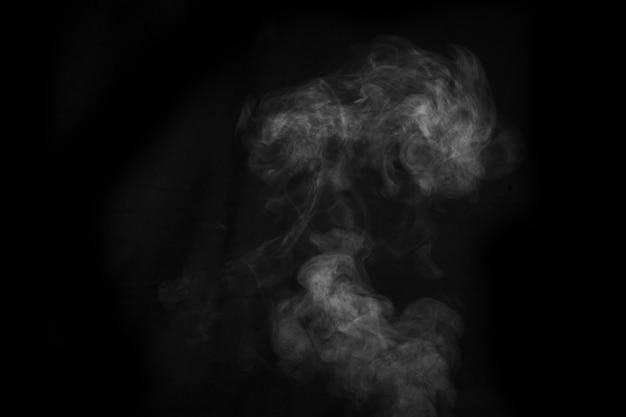 Vapore bianco spray vapore dal saturatore d'aria. sfondo astratto, elemento di design, per la sovrapposizione sulle immagini.