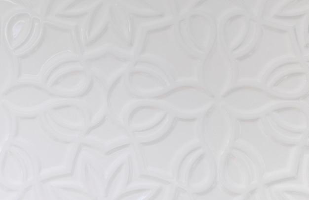Sfondo muro bianco con varie forme di ornamento