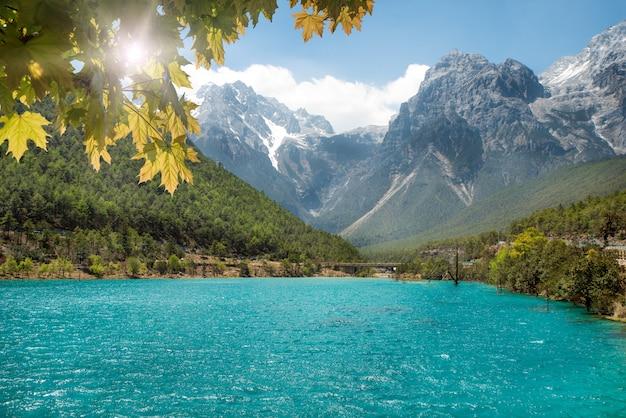 Cascata del fiume dell'acqua bianca e jade dragon snow mountain, lijiang, il yunnan, cina.