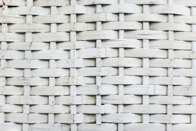 Sfondo bianco cestino di vimini