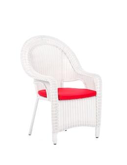 Sedia in rattan di vimini bianco, isolata su un bianco.