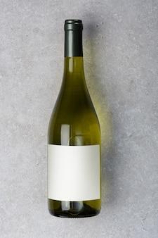 Bottiglia di vino bianco con etichetta. modello di bottiglia di vino. vista dall'alto.