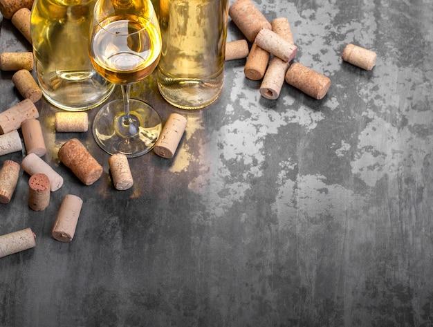 Bottiglie di vino bianco e vetro sul tavolo, con copia spazio