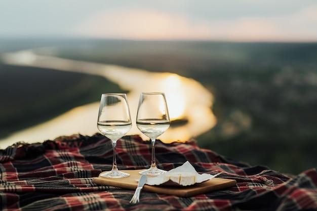 Vino bianco e formaggio al picnic