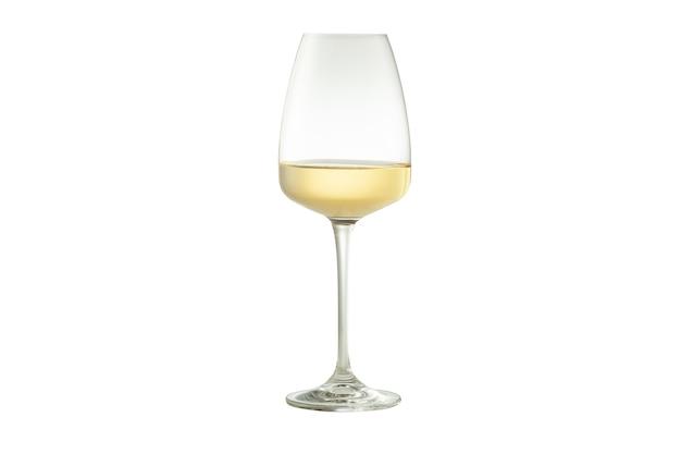 Vino bianco in calice di vetro. sfondo bianco isolato.