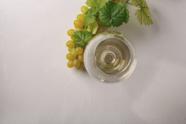 Vino bianco in un bicchiere. vista dall'alto.