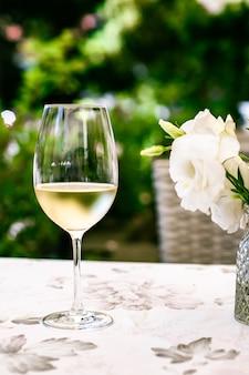 Vino bianco in un ristorante di lusso sulla terrazza con giardino estivo esperienza di degustazione di vini presso la cantina nel vi...