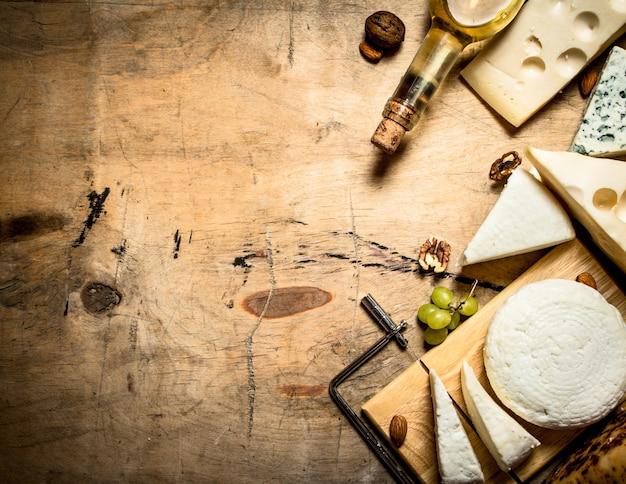 Vino bianco con diversi tipi di formaggio