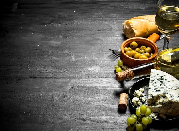 Vino bianco con un saporito formaggio e gustose olive.