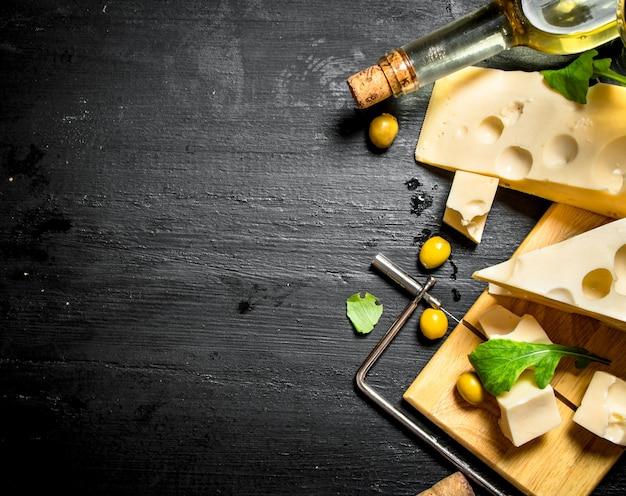 Vino bianco con pezzi di formaggio aromatizzato e olive