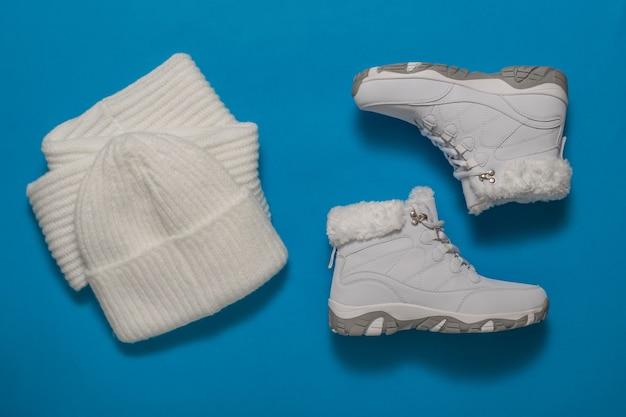 Scarpe, sciarpa e cappello da donna invernali bianchi. accessori invernali alla moda.