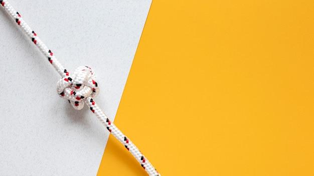 Bianco con lo spazio della copia del nodo della corda del marinaio dei punti rossi