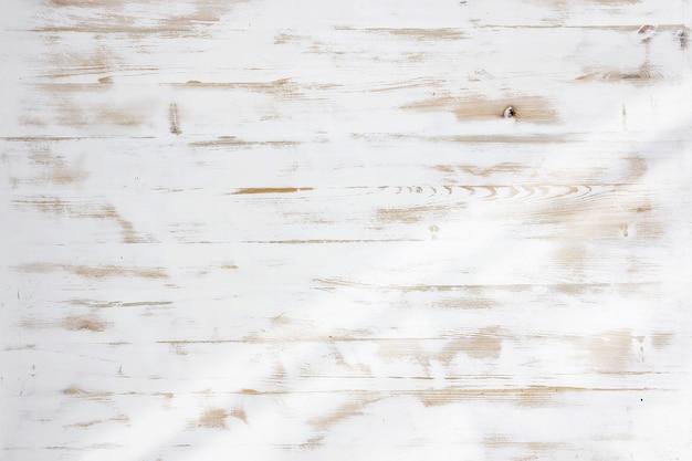Fondo di struttura di legno bianco con luce laterale della finestra