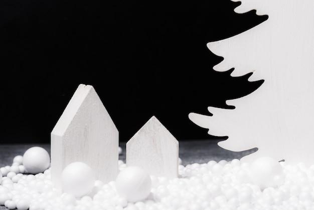 Albero di natale decorativo in legno bianco sullo sfondo,