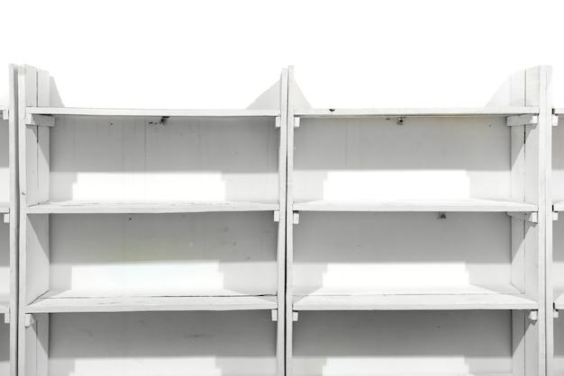 Scaffali vuoti in legno bianco sul muro del negozio