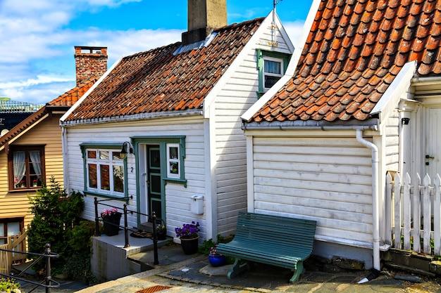 Casa di legno bianca con una lampada sopra la porta