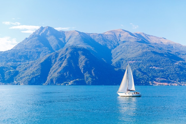 Yacht bianco sul lago di como, varenna, italia.