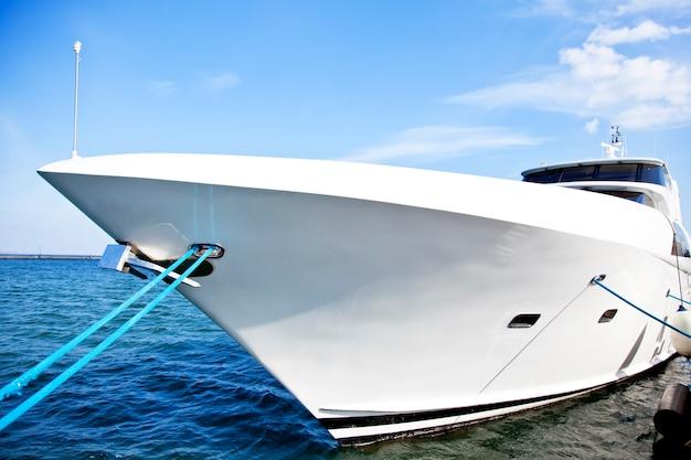 Yacht bianco al porto di odessa, ucraina