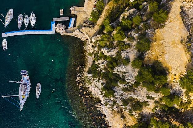 Yacht bianchi in calanque de port miou, uno dei più grandi fiordi tra marsiglia e cassis, francia.