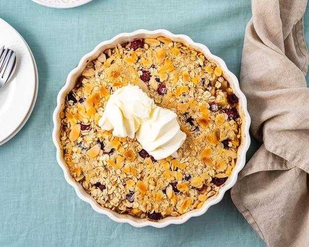 Tutta la mela e la pera si sbriciolano con il dessert dolce dello streusel del gelato con la vista superiore della frutta stufata