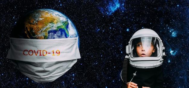 L'intera terra è in quarantena, la terra indossa una maschera concetto di coronavirus e inquinamento atmosferico pm2.5. covid-19 elementi di questa immagine fornita dalla nasa