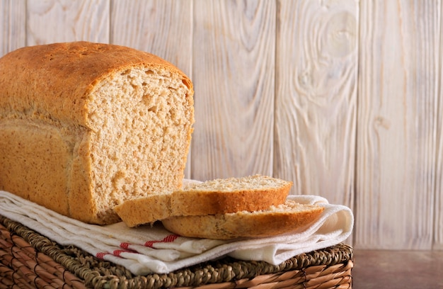 Pagnotta di pane integrale, affettata