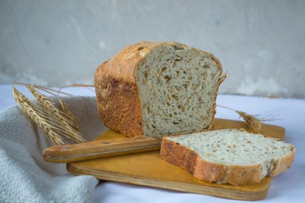 Pane integrale con semi di lino e pasta madre di segale. natura morta in stile rustico