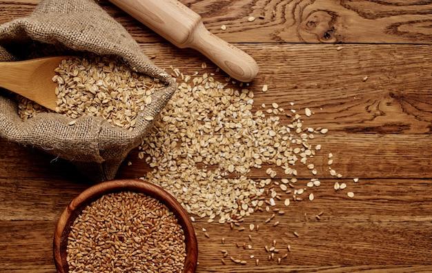 Cereali integrali cereali cereali tavola di legno tavola preparazione alimenti. foto di alta qualità