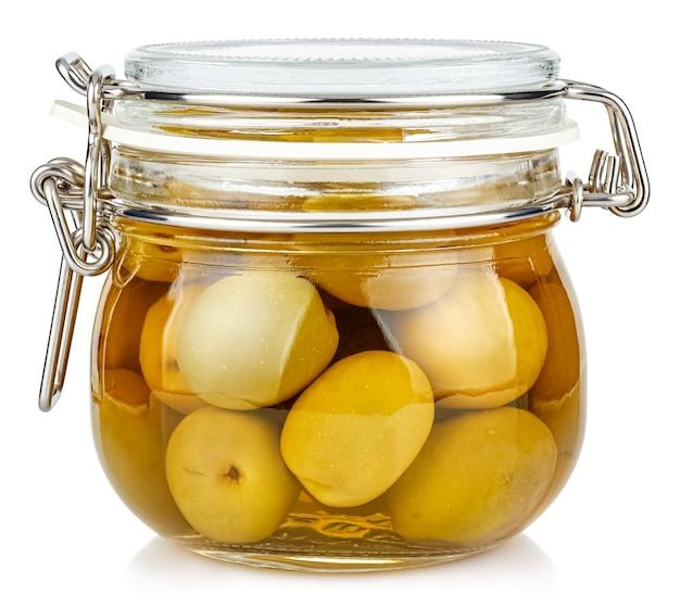 Olive verdi intere in salamoia in un barattolo di vetro trasparente chiuso con guarnizione in gomma e morsetto metallico sul coperchio isolato su sfondo bianco
