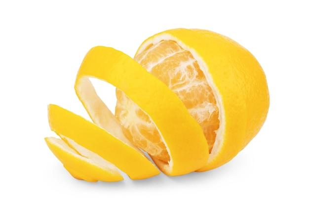 Frutto intero e mezzo limone isolato su sfondo bianco