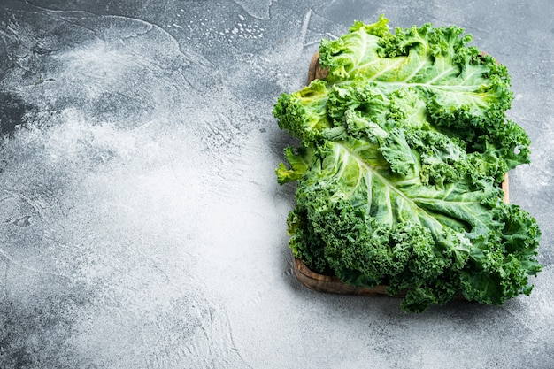 Intere foglie di insalata italiana kale set, sul tavolo grigio