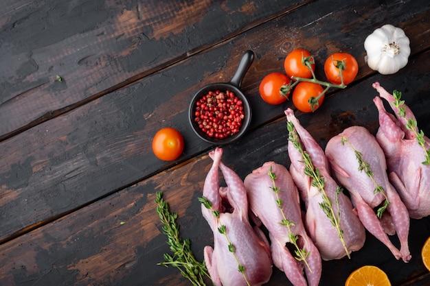 Carne di quaglia intera con spezie, erbe aromatiche, verdure