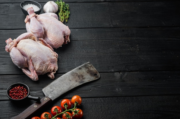 Intero pollo ruspante crudo con erbe spezie ingredienti, su legno nero