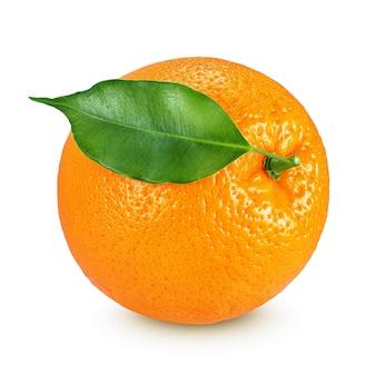 Arancia intera matura con frutta in foglia isolato su sfondo bianco con tracciato di ritaglio
