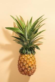 Frutto intero di ananas maturo isolato su sfondo bianco