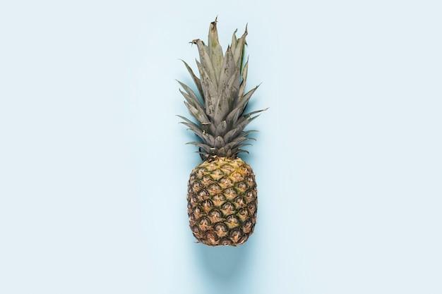 Ananas intero maturo su sfondo chiaro