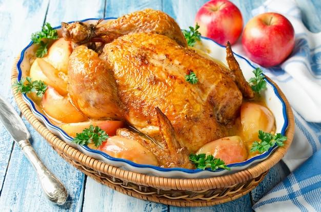 Pollo intero arrosto con mele e salsa di panna