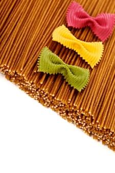 Spaghetti integrali e pasta farfalle