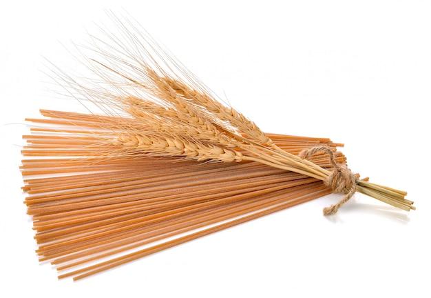 Spaghetti integrali su sfondo bianco.