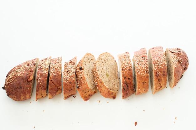 Pane integrale a fette. ristorante che serve. composizione semplice di panetteria fresca.