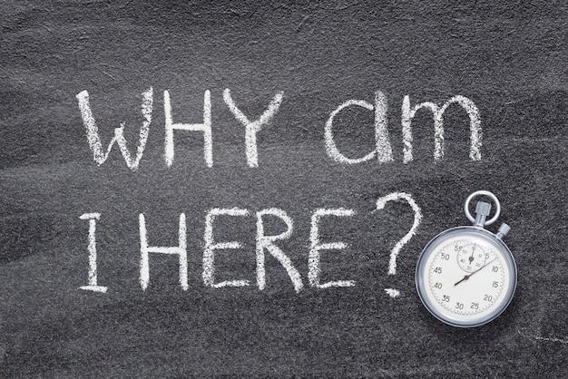 Perché sono qui domanda scritta sulla lavagna con cronometro vintage preciso