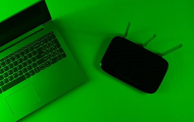 Router wi fi, laptop. gadget moderni