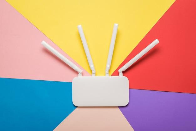 Router wi-fi con antenne esterne su una superficie multicolore