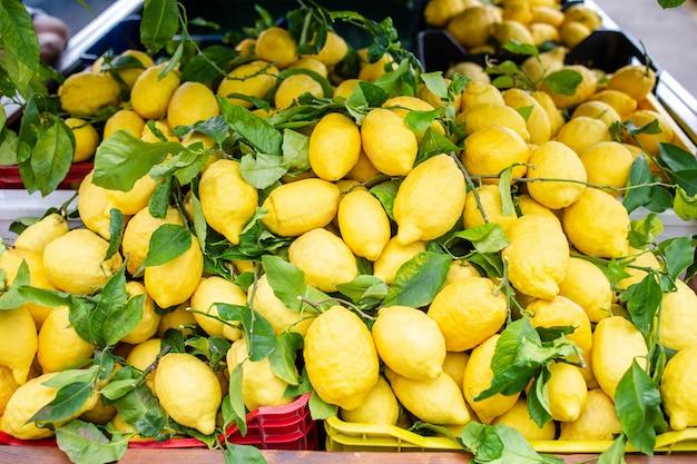 Cesto di vimini pieno di limoni sulla strada italiana od corniglia Foto Premium
