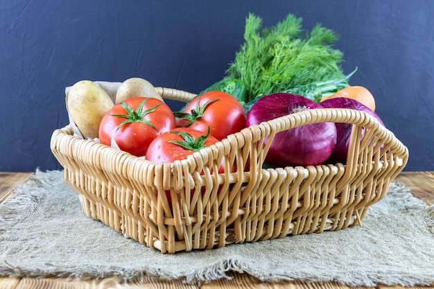 Cestino di vimini con verdure. posto per mangiare sano per il testo.